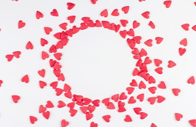 Красные кондитерские конфетти в форме сердечек