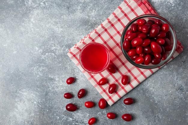 Cornioli rossi con nel bicchiere, vista dall'alto.