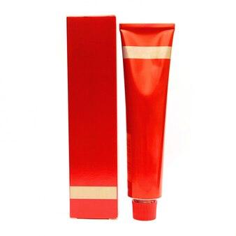 赤い化粧品ボトルと白で隔離ボックス
