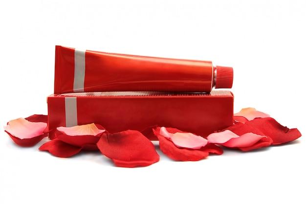 赤い化粧品容器と白で隔離ボックス
