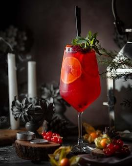 レモンスライスと赤いクランベリーカクテル