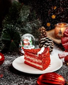 Dessert cremoso rosso sul tavolo