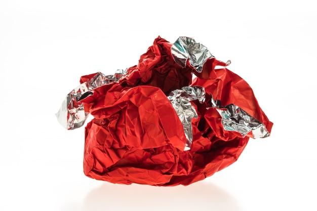 赤い砕けた紙