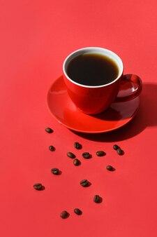 赤のコーヒーと豆の赤いカップ。