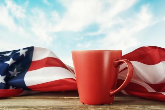 Красная чашка с американским флагом