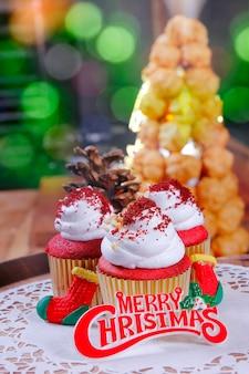 クリスマスの装飾が施された赤いカップケーキ