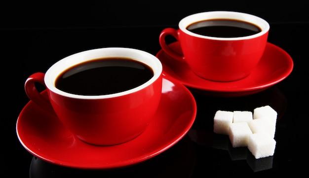 블랙에 강한 커피와 설탕의 빨간 컵