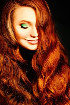 赤い巻き毛の髪型の女性。ファッションポートレート
