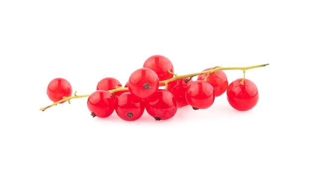 Ягоды красной смородины с листьями, изолированные на белом фоне