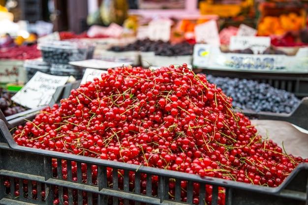 市内のファーマーズマーケットの赤スグリ。ファーマーズマーケットの果物と野菜。