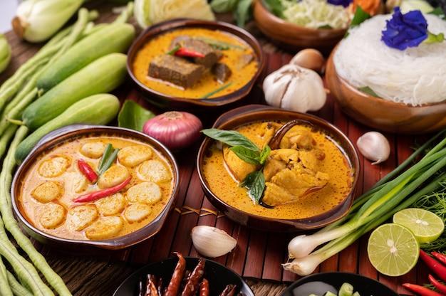 Polpette di curry rosso con peperoncino e scalogno in una ciotola