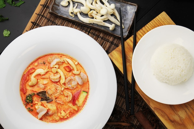 白い皿にエビ、ご飯、箸でレッドカレー