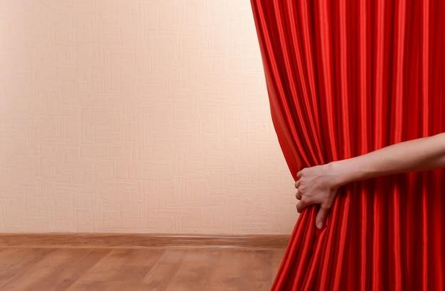Красный занавес на фоне стены