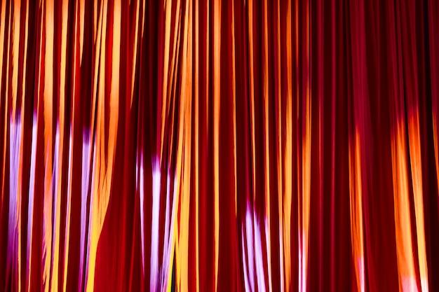 レッドカーテンとショー間の劇場でのスポットライト。 Premium写真
