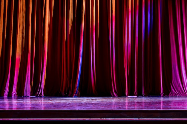レッドカーテンとショー間の劇場でのスポットライト。