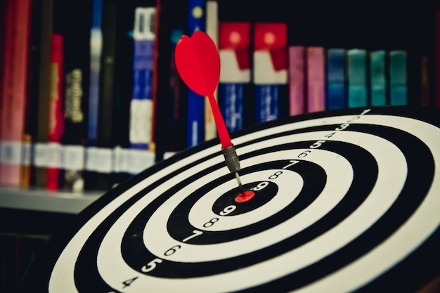 다트 판이 또는 비즈니스 초점에 대 한 땡기의 대상 센터에 타격 빨간색 다트 화살표 개념.