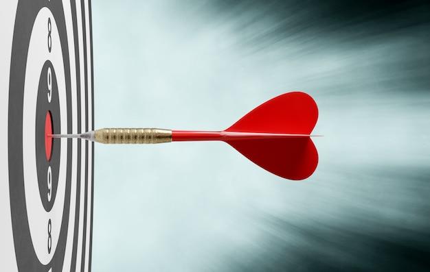 Красный дротик попадает в цель по центру, концепция успеха