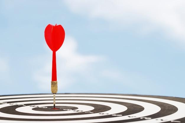 Красные дротики для постановки целей успеха в бизнесе.