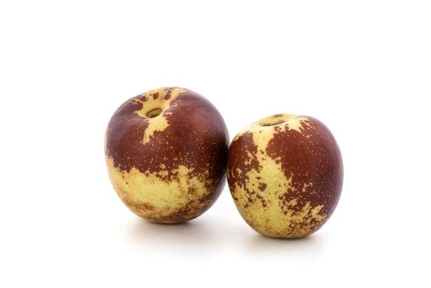 빨간색 날짜, 중국 날짜 또는 흰색 배경에 격리된 ziziphus jujuba 과일.