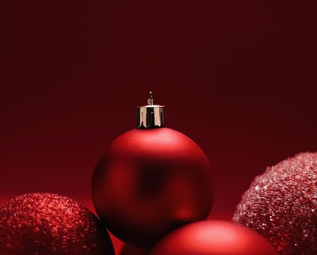 お祝いの冬の休日の背景として赤い装飾的なクリスマスつまらないもの
