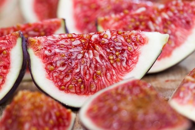 Красная вкусная мякоть инжира с семенами