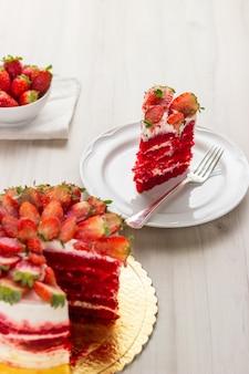 Красный вкусный бархатный торт