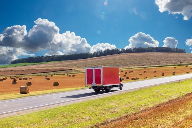 赤い配送トラック、高速道路上のバン