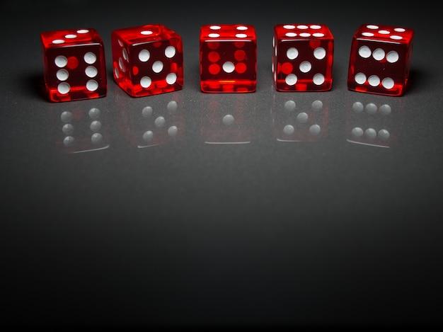 Красные кубики на сером фоне крупным планом