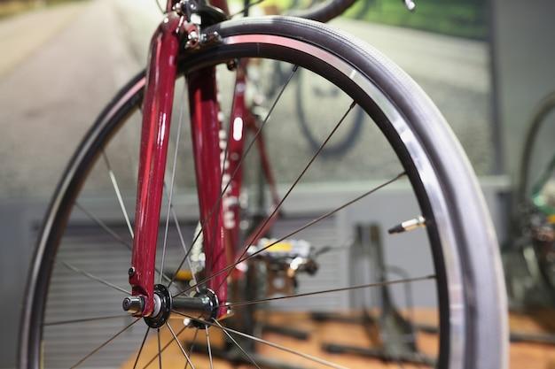 赤い分解された自転車スタンドワークショップdiy自転車修理コンセプト