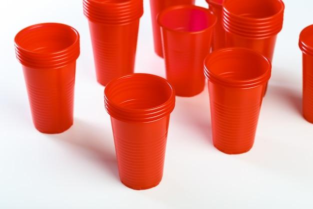Красные одноразовые пластиковые стаканчики