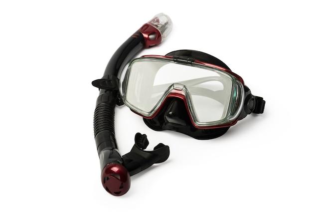 Красная маска для дайвинга и трубка для профессионалов, изолированные на белом фоне