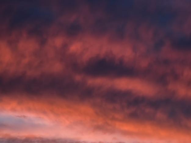 空の赤い劇的な夕方の雲