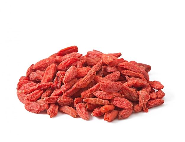 나무로되는 숟가락에 빨간 말린 된 구 기 열매