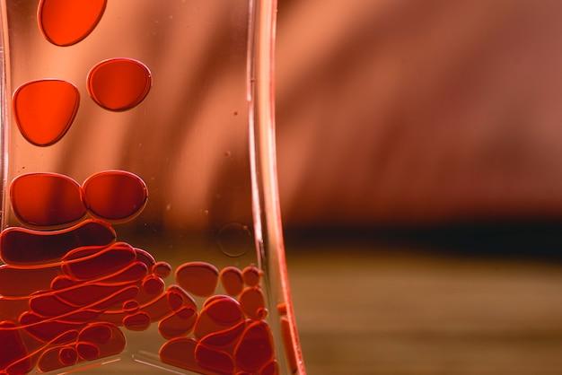 水の中に落ちる血液のような赤い滴。
