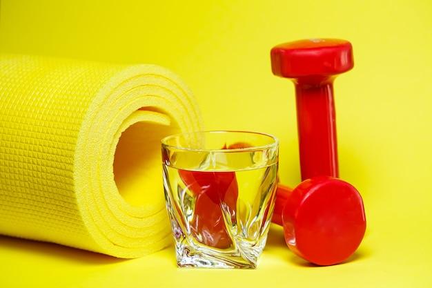 빨간 아령, 물 한 잔, 노란 깔개, 배경색, 스포츠, 에너지 음료, 체육관 장비