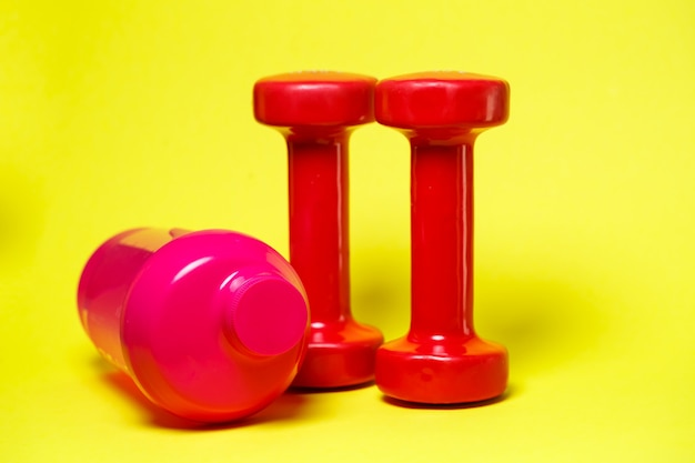 빨간 아령, 핑크 셰이커, 배경색, 스포츠, 에너지 음료, 체육관 장비