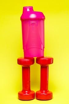Красные гантели, розовый шейкер, цветной фон, спорт, энергетический напиток, тренажеры