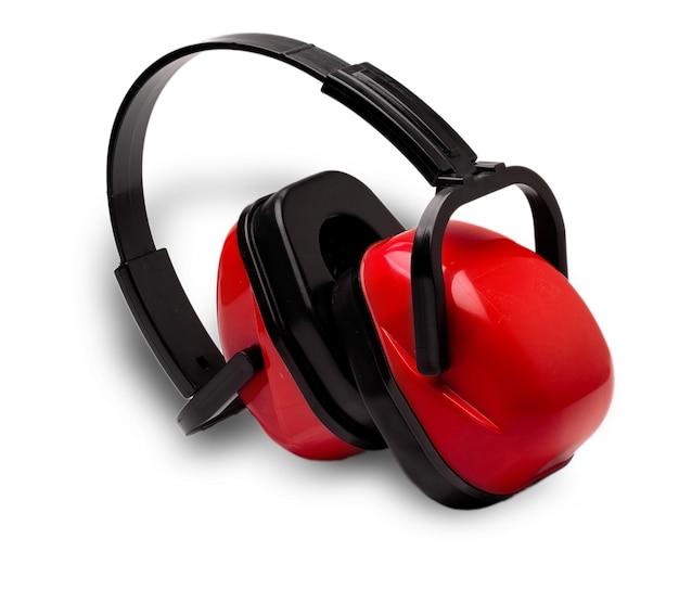 Красные наушники для работы на станке, вырезанные на белой поверхности