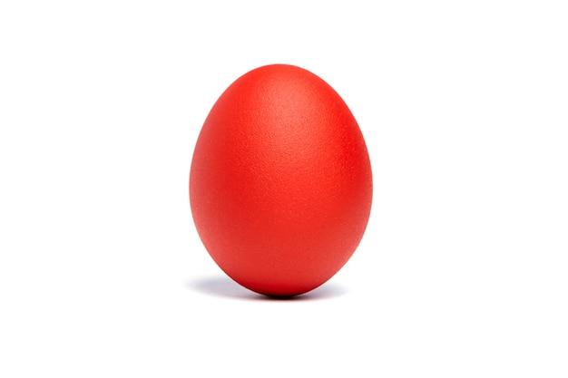 Красное пасхальное яйцо изолировано