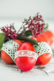 Красные пасхальные яйца натюрморт