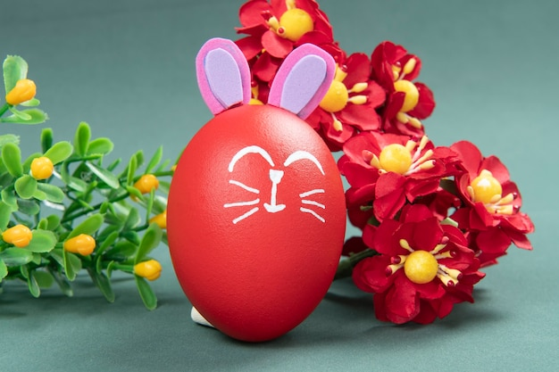 緑の壁に描かれたイースターウサギと赤い卵