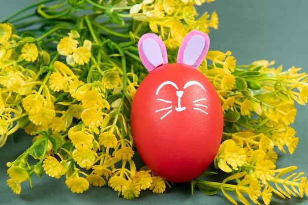 녹색 벽에 그려진 부활절 토끼와 붉은 달걀
