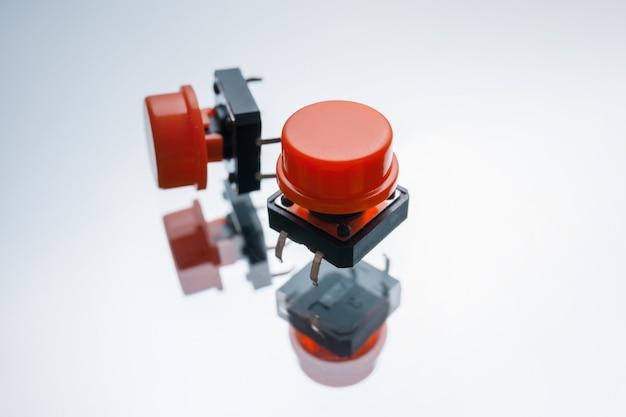 흰색 바탕에 빨간색 전자 버튼