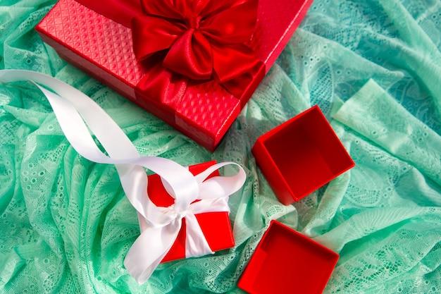 빨간색 빈 선물 상자입니다. 포장재 n 휴일