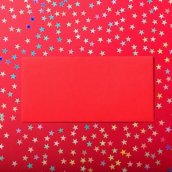 Красный конверт на разноцветных звезд