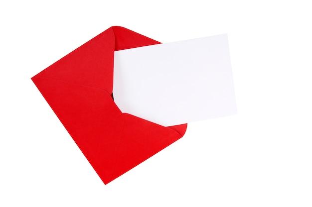 Красный конверт с пустой белой поздравительной открыткой