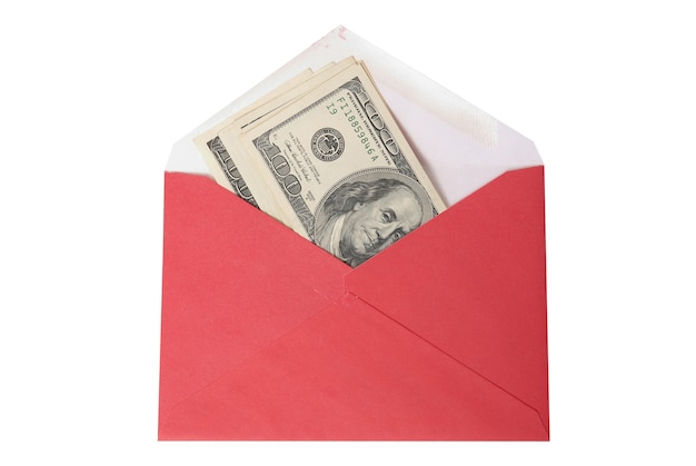 Красный конверт с деньгами на белом фоне