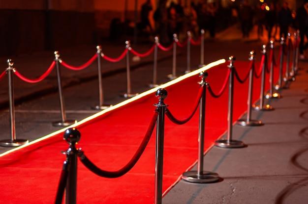 Лестница из красного ковра и золотая веревочная преграда - понятие успеха и триумфа