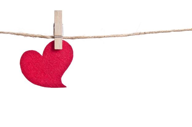 Сердце из красной ткани над белой