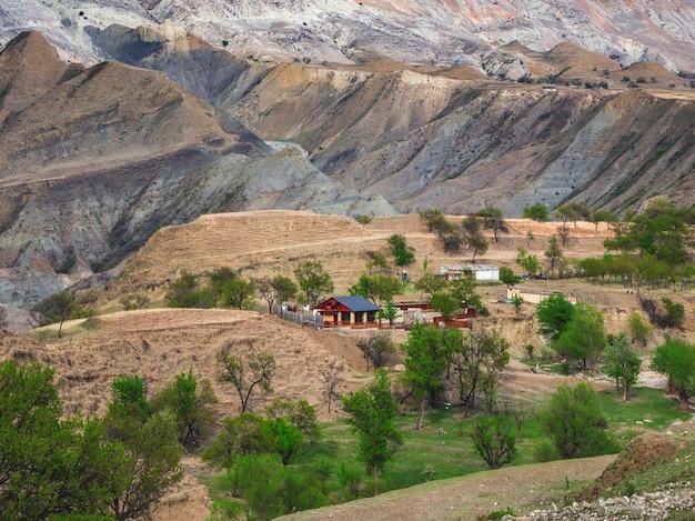絵のように美しい山々に囲まれた峡谷にある赤い農家。ダゲスタン共和国サルタの高山の村。
